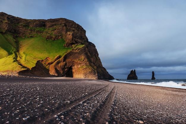 Formações rochosas famosas de reynisdrangar na praia preta de reynisfjara