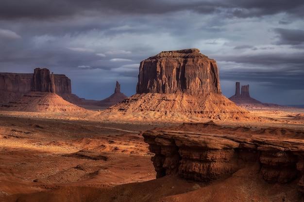 Formações rochosas incríveis em monument valley, arizona, eua.