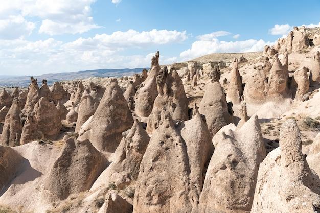 Formações rochosas na capadócia, perto da cidade de nevsehir, turquia