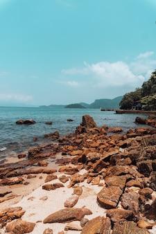 Formações rochosas na praia do rio em um dia ensolarado