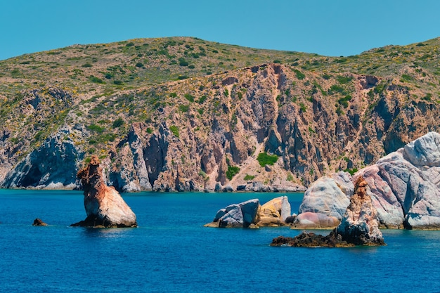 Formações rochosas no mar egeu