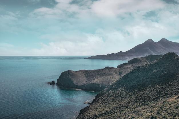 Formações rochosas no mar sob um céu nublado