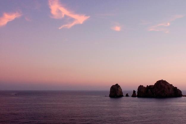 Formações rochosas no oceano