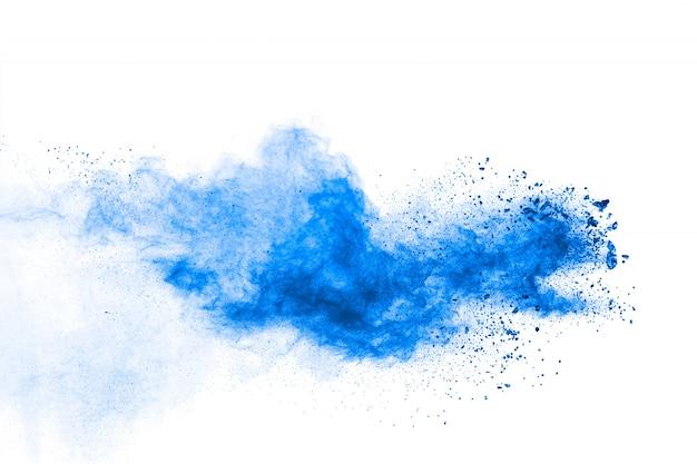 Formas bizarras de pó azul explodem nuvem sobre fundo branco.