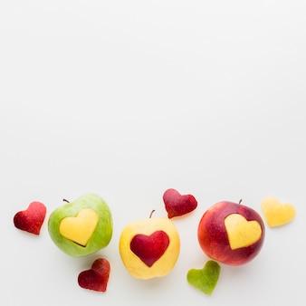 Formas de coração de frutas e maçãs com espaço de cópia