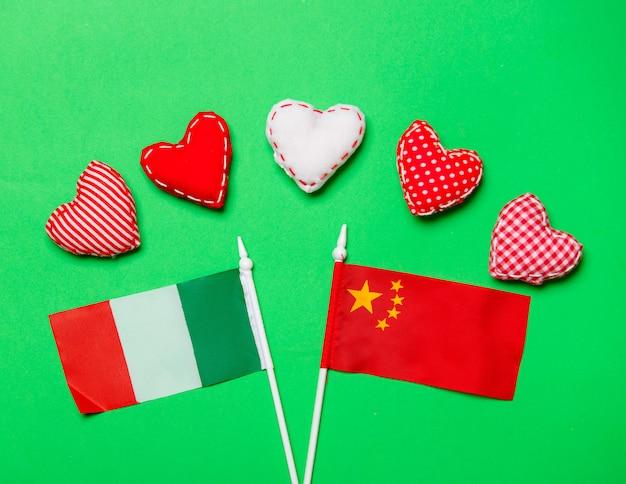 Formas de coração dia dos namorados e bandeiras da itália e da china
