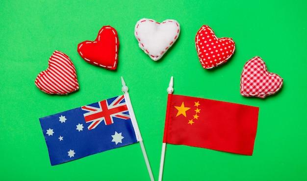 Formas de coração e bandeiras da austrália e da china