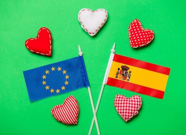 Formas de coração e bandeiras da espanha e da união da europa