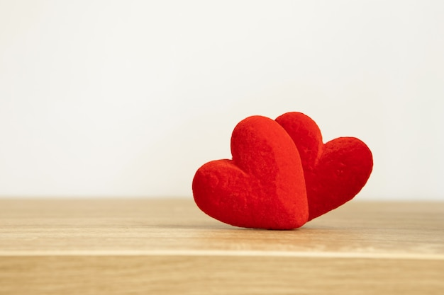 Formas de coração vermelho com momento doce e romântico