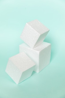 Formas de cubos retangulares brancos em azul