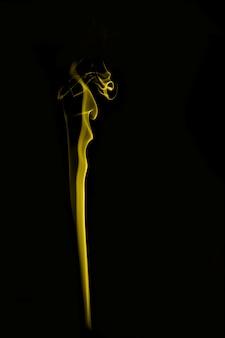 Formas de fumaça coloridas com fundo preto