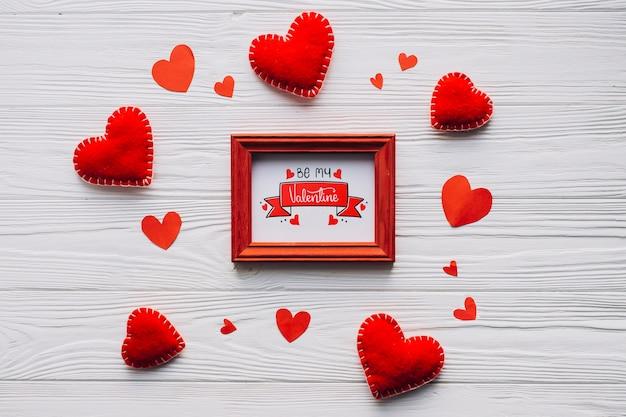 Formas de moldura e corações preparadas para o dia dos namorados