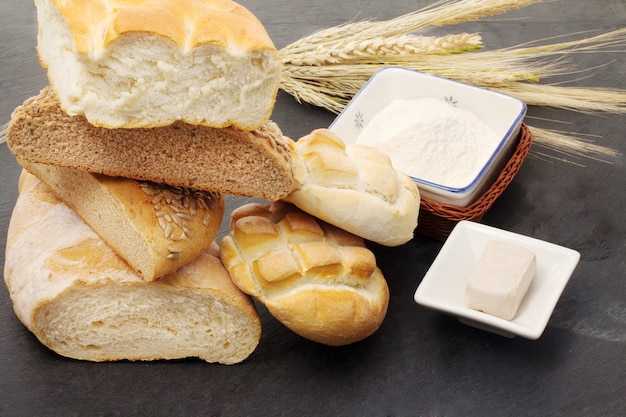 Formas de pão com alguns ingredientes