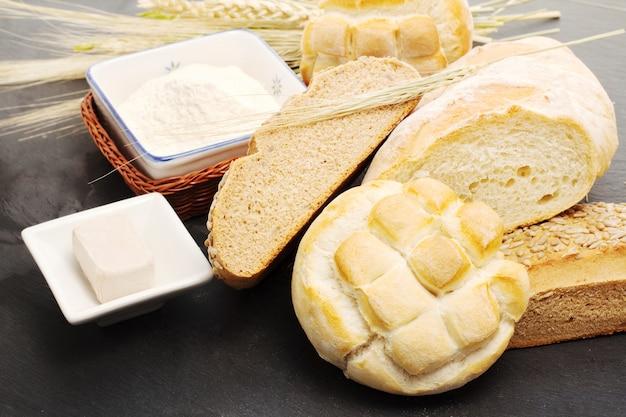 Formas de pão com ingredientes crus
