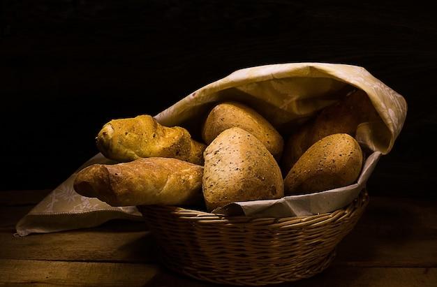 Formas de pão dentro da cesta de vime
