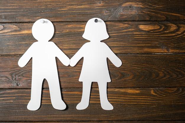 Formas de pessoas de papel grande. conceito de amor