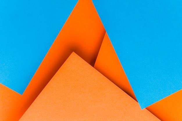 Formas feitas com papel de cartão azul e laranja