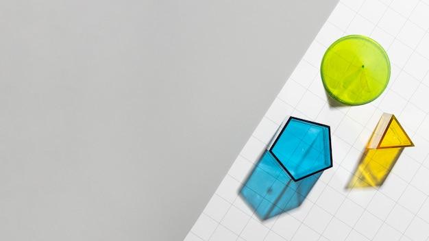 Formas geométricas coloridas com espaço de cópia