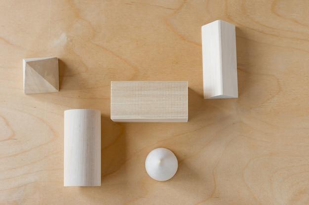 Formas geométricas de madeira em um fundo de madeira com espaço de cópia. aprendizagem pré-escolar.