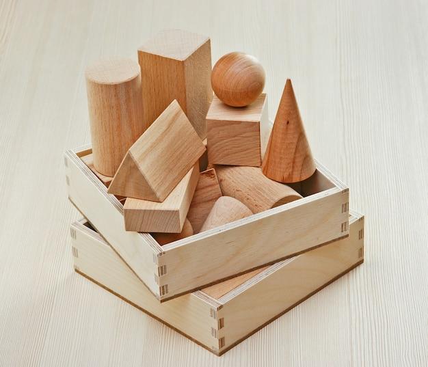 Formas geométricas de madeira na mesa