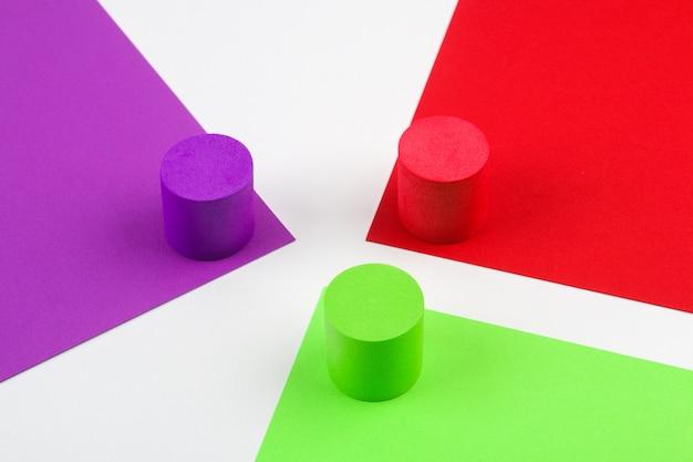 Formas geométricas de papel na superfície colorida