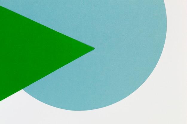 Formas geométricas mínimas e linhas nas cores azul claro e verde no branco