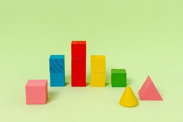 Formas geométricas para planejamento financeiro sobre fundo verde
