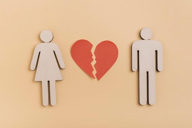 Formas humanas de casal com coração partido