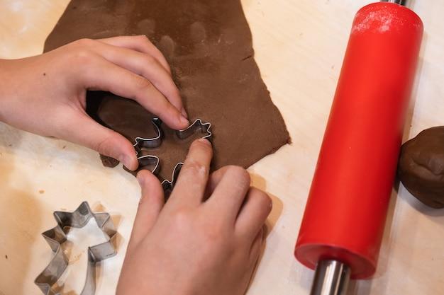 Formas para pão de mel de natal e cobertura colorida para decoração fazendo biscoitos caseiros de natal Foto Premium