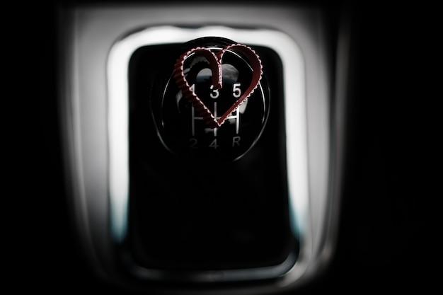 Formato de coração na caixa de câmbio manual do carro