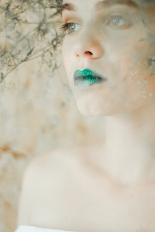 Forme o retrato da mulher loura nova. mulher bonita com bordos verdes. conceito da mãe natureza