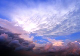 Formoso céu risonho e formação de nuvens, a grandeza