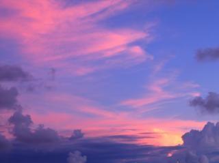 Formoso céu risonho e formação de nuvens, roxo