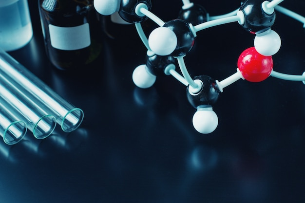 Fórmula molecular e equipamento de laboratório