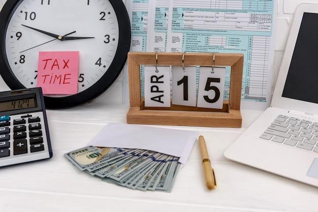 Formulário 1040 com relógio calendário e notas de dólar