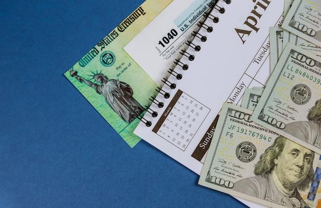 Formulário 1040 declaração de imposto de renda individual dos eua de notas de cem dólares em espiral