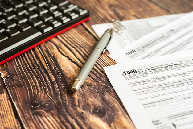 Formulário 1040 dos impostos americanos na mesa de um contribuinte.