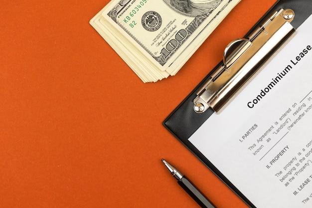 Formulário de arrendamento de condomínio. área de transferência com acordo, área de trabalho do escritório com caneta e dinheiro. vista superior da foto
