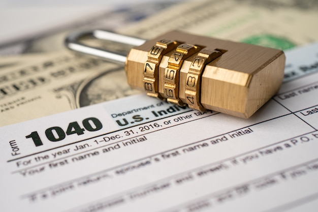 Formulário de declaração de imposto 1040 e nota de dólar.