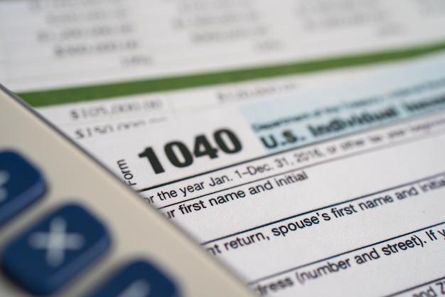 Formulário de declaração de imposto de renda 1040 e nota de dólar, renda de pessoa física dos eua.