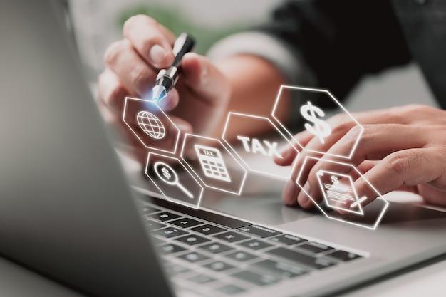 Formulário de declaração de imposto de renda de pessoa física para pagamento de imposto preenchido em um computador por uma empresa