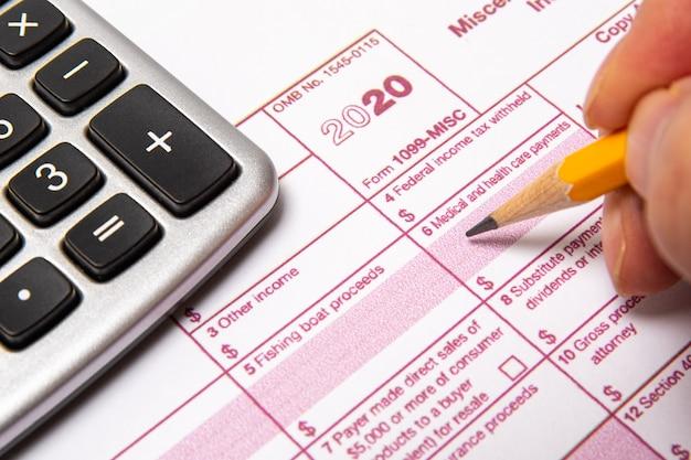 Formulário de imposto 1099-misc em um fundo branco.