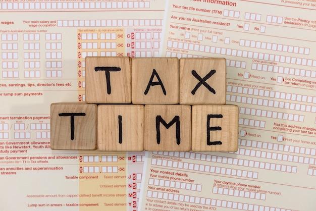 Formulário de imposto australiano com cubos de madeira
