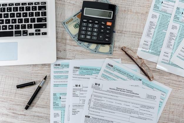 Formulário de imposto de us 1040 com caneta, dólar e laptop no escritório. hora do imposto. conceito de contabilidade