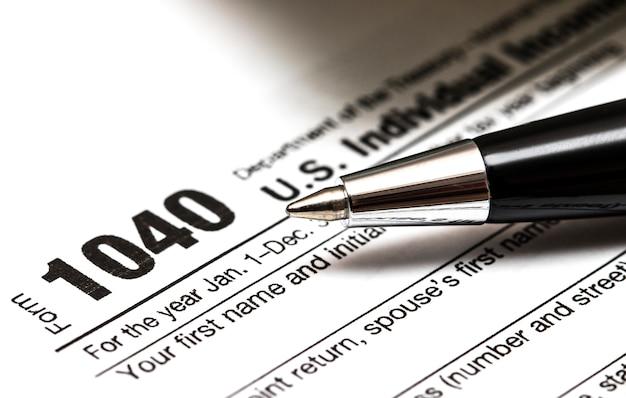 Formulário de imposto dos eua 1040 com caneta