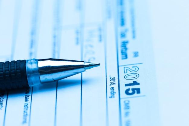 Formulário de imposto dos eua com caneta