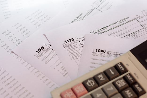 Formulário de imposto dos eua com o conceito de tributação de caneta