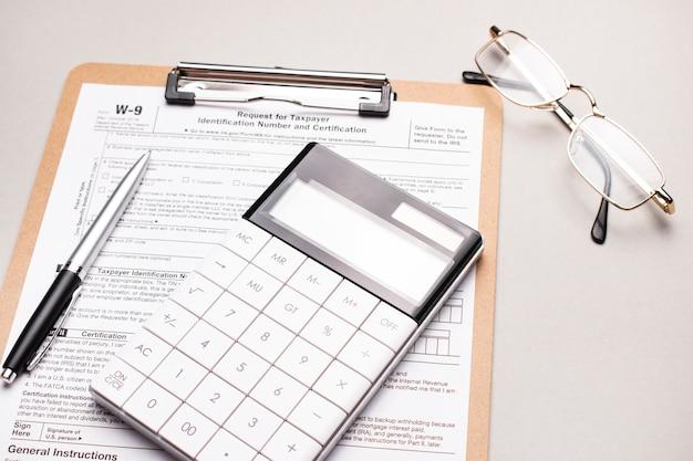 Formulário de imposto e material de escritório
