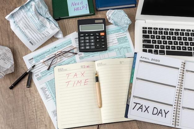 Formulário de imposto individual de 1040 eua com bloco de notas de computador portátil, caneta, adesivo sobre uma mesa, local de trabalho de escritório. conceito de imposto