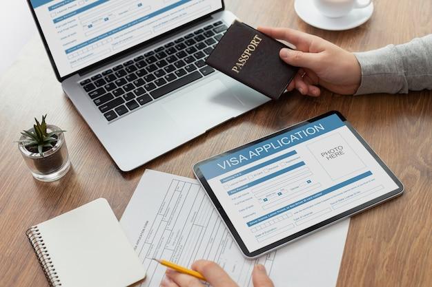 Formulário de pedido de visto em laptop e tablet